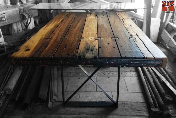 Nativo Red Wood. Mesa Comedor con Cubierta de tablones de durmientes de ferrocarril con tocetos y flejes de fierro con detalles de clavos de cobre y base de fierro forjado modelo cruz. www.facebook.com/nativoredwoodsa
