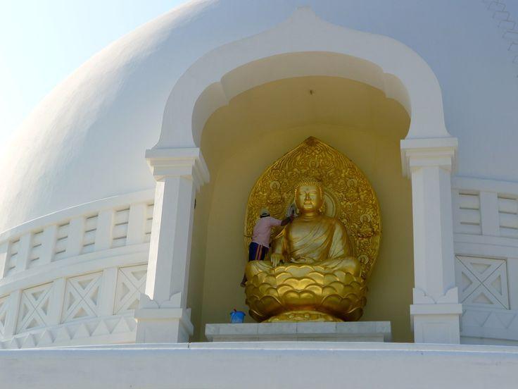 Nepal Reiseberichte: Ein Paar auf Reisen: Nepal –Gipfel, Tempel und Gefühle - Erleuchtung, Rikschas und nackte Füße – Buddhas Geburtsstadt Lumbini ist eine Art Tempel-Expo