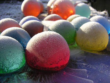 színes üveggömbök