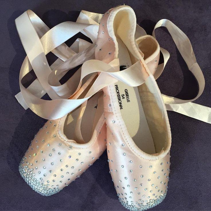 """In love  My new pair of pointe shoes Apaixonada ❤️ Meu novo par de sapatilha de ponta  #tks @capezio.brasil #capeziobrasil #mschocolatesparkles"""
