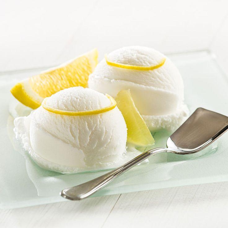 Rezept um Low Carb Zitronensorbet selber zu machen aus nur 4 Zutaten -  ein einfaches Eisrezept für kalorienarme, kohlenhydratarme und gesunde Eiscreme ohne Zusatz von Zucker