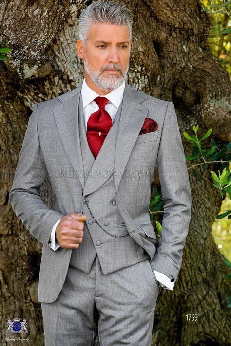 Costume homme italien gris clair avec revers crantés, 2 boutons de nacre et 2 fentes latérales. Tissu fil à fil de laine mélangé. Costume de mariage 1769 Collection Gentleman Ottavio Nuccio Gala.