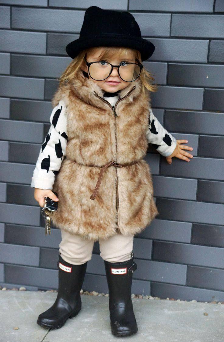 mode-bébé-fille-gilet-fausse-fourrure-lunettes-hipster