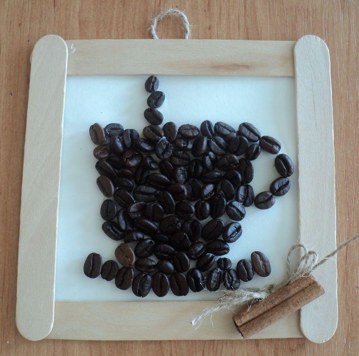 Šálek kávy - zrnková káva a rámeček z lékařských špachtlí