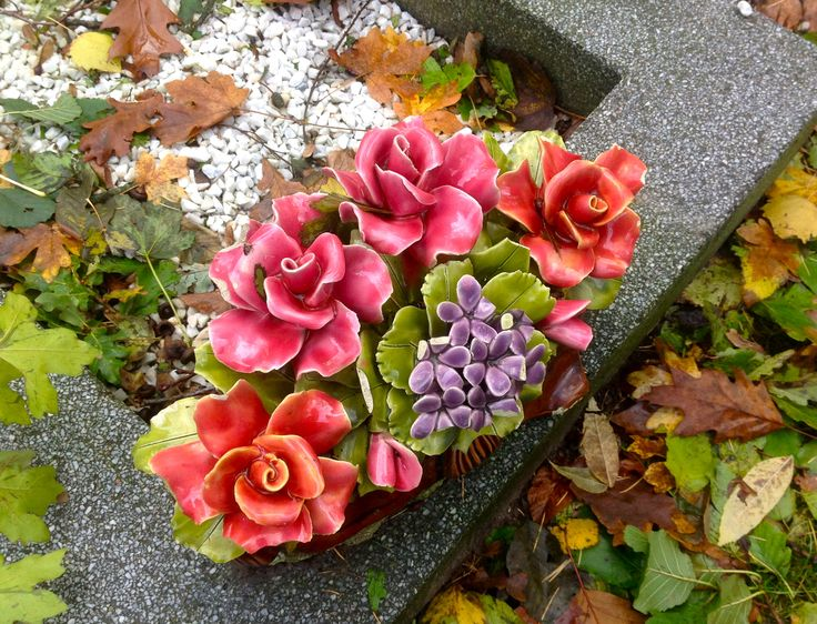 Gevonden op begraafplaats Esserveld in Haren. De oude bloemen van keramiek uit Frankrijk. Kijk voor nieuwe bloemen op de website van Keramiek voor buiten