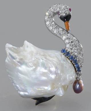 Marea Britanie / Londra / The British Museum Broşă din aur cu perle, diamante, safire şi email, concepută în anii 1950 de către Verdura (*) şi executată în Franţa în atelierul lui Raymond Druot.