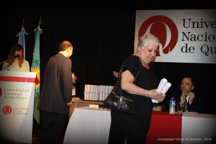 Entrega del diploma y la Mención de Honor de la mano del Dr. Alejandro Villar,Vicerector de la Universidad Nacional de Quilmes, correspondiente a la egresada con mejor promedio académico, la Licenciada en Educación María del Carmen Asunción Cid