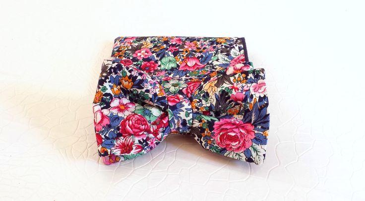 Papillon a fiori blu e fucsia e fazzoletto da taschino floreale abbinato, fazzoletto a fiori blu e fucsia, set regalo, accessori matrimonio di SERENEhandmade su Etsy