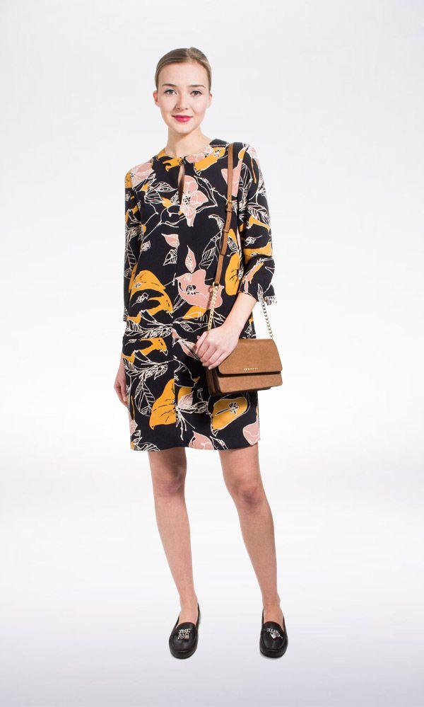 Maak een statement met de Nouette jurk van Essentiel Antwerp. Stijl casual voor overdag met een paar stijlvolle platte schoentjes. Voor de avond maak je het helemaal af met een paar high heels.