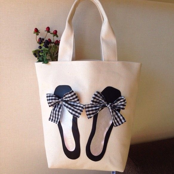 シンプルで使い易いトートに、バレエジューズをアップリケした気分のアガるバッグです。生成りのナチュラルで潔い帆布に、バレエシューズのマットなブラック、中敷のシル...|ハンドメイド、手作り、手仕事品の通販・販売・購入ならCreema。