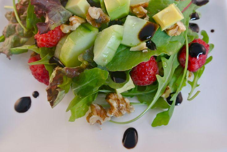 Weer eens een heerlijke salade. Deze keer met rucola, frambozen, komkommer, advocado en walnoten en daar overheen een beetje balsamico en olijfolie, mmm! Tijd: 5-10 min. Personen: 4 Benodigdheden: 1 avocado halve komkommer 1 zakje rucola melange een klein bakje walnoten half bakje frambozen (ongeveer 10-15) 2 eetlepels balsamico halve eetlepel olijfolie Bereidingswijze: Doe het...Lees Meer »