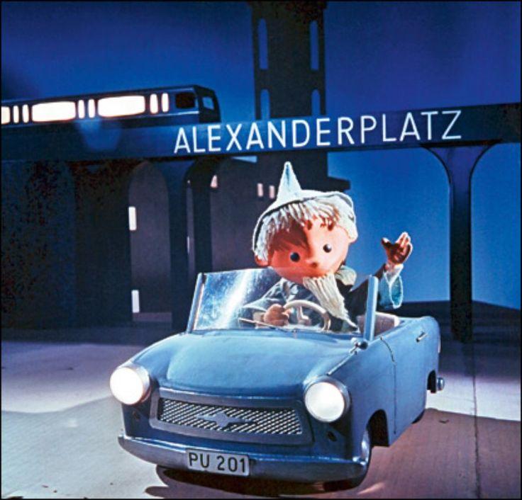 Das erste Auto des Männchens war noch eine Fantasie. Doch im Jahr 1962 sah man in einem Sonderfilm einen kleinen abseits geparkten Trabant 500. Zwei Jahre darauf wurde das spätere Lieblingsauto der DDR-Deutschen auch in den Fuhrpark der Gute-Nacht-Figur aufgenommen. Im Trabant 601 tauchte der Sandmann zum 15. Jahrestag der DDR auf dem Berliner Alexanderplatz auf. © Telepool GmbH