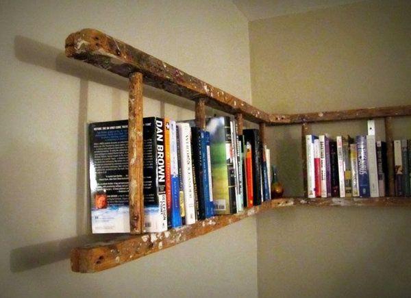 Stege som bokhylla.