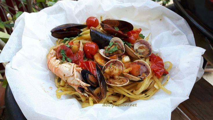 Le linguine al cartoccio è un piatto pratico da fare e delizioso al palato, naturalmente si possono usare gli spaghetti al posto delle linguine. Inoltre la cottura al cartoccio valorizza il sapore del pesce: ed è quindi proprio con il pesce che vi consigliamo di preparare le linguine al cartoccio…