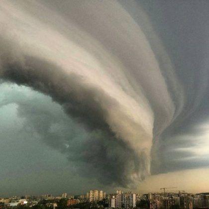 """Il cielo """"precipita"""" al suolo: maestosa shelf cloud a Vilnius, foto pazzesche [GALLERY] - Meteo Web"""