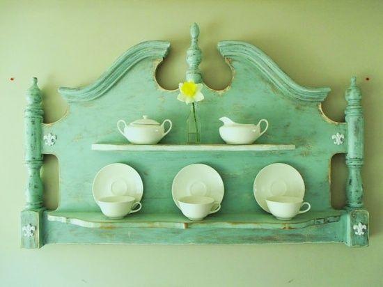 Achei a idéia super interessante, usar uma cabeceira de cama antiga para fazer uma estante