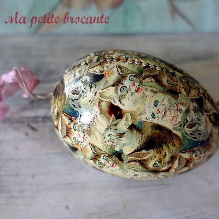 Adorable oeuf de Pâques ancien en carton recouvert de chromos de chats