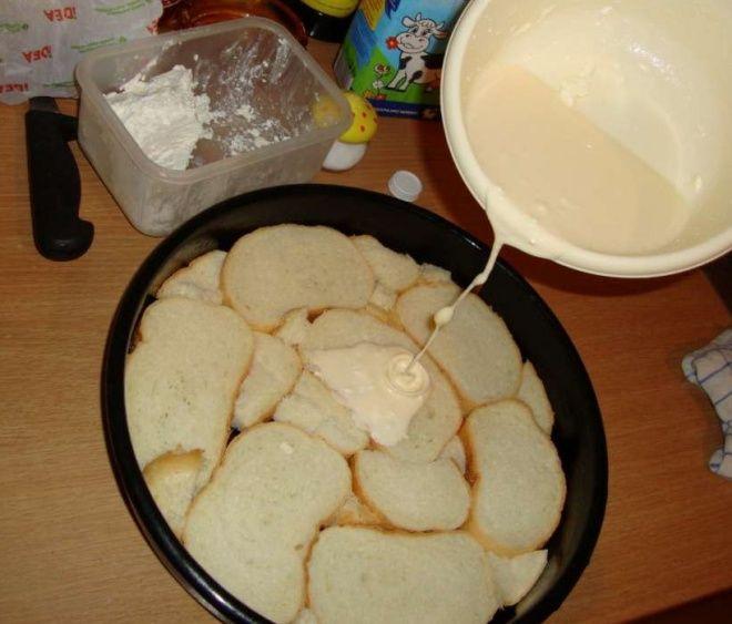 Egyszerűen,+gyorsan+elkészül,+nem+kell+a+tésztát+keleszteni.+ÉRDEMES+KIPRÓBÁLNI!  Hozzávalók: 10-12+szelet+szikkadtkenyér 1+tojás 100+g+tejszín 100+g+reszelt+sajt 2+dl+tej 100+g+kolbász 300+g+mozzarella ketchup+oregano,+só,+bors Elkészítés:+tepsit+olajozzuk+vagy+zsírozzuk+meg.+Tegyük…