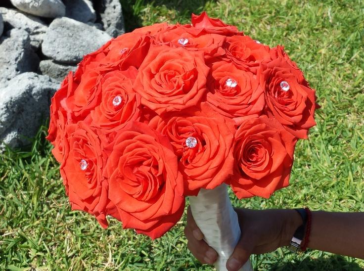 el ramo de la novia con rosas color coral manteleria