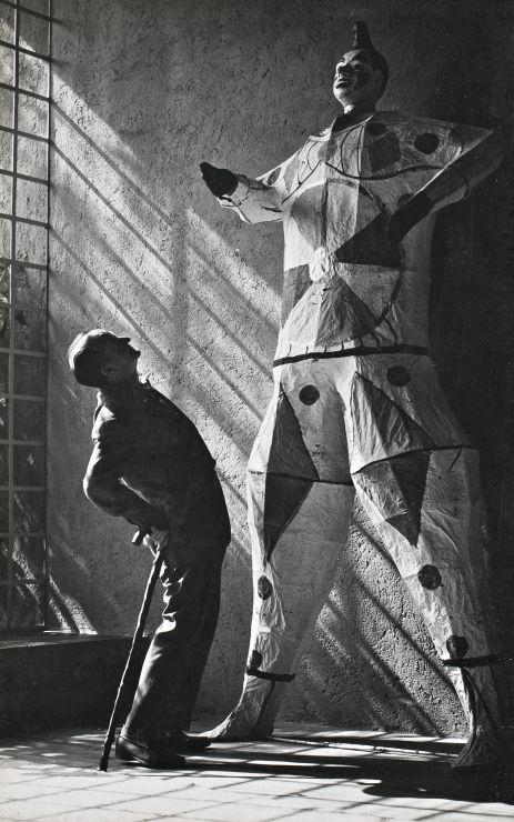 Chucho Reyes junto a un judas en la Casa Ortega, s/f  Foto atribuida a Nacho López -  Artist Chuco Reyes (Jesus Reyes Ferreria) along side of a Judas figure inside Casa Ortega/Barragan, Tacubaya, Mexico City nd