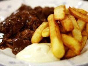 Stoofvlees met bier geserveerd met frieten en mayonaise