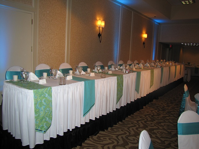 Exceptional This Wedding Head Table Has Unique Table Runners In That They Run  Perpendicular To The Length Of The Table Giving The Table A Unique And  Fresh Look.