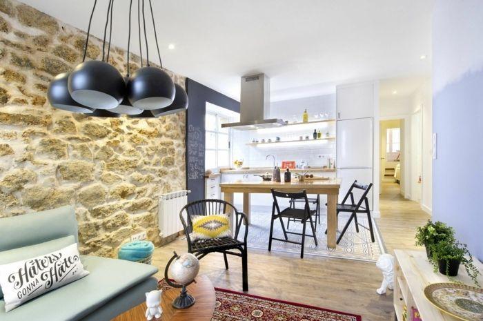 Wohnzimmer mit Naturstein Verblender an einer der Wände, runde ...