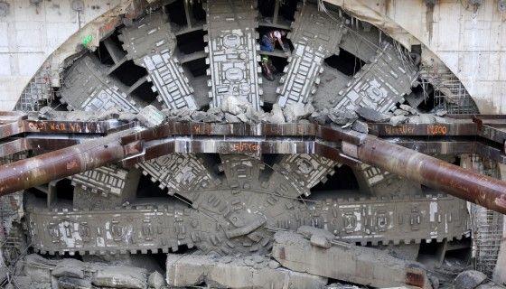 """》Seattle, Washington/USA: Arbeiter posieren zwischen den riesigen Zähnen von""""Bertha"""", der weltgrößten Tunnelbohrmaschine, die derzeit in Seattle im Einsatz ist, um den Alaskan Way Viaduct zu bohren. Der Durchmesser der Röhre, die die gigantische Maschine ins Erdreich graben kann, beträgt rund 17 Meter.《"""
