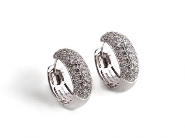 Orecchini a cerchio con pavè di diamanti