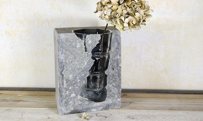 Vobouch navrhli kolekci váz kombinující beton a sklo