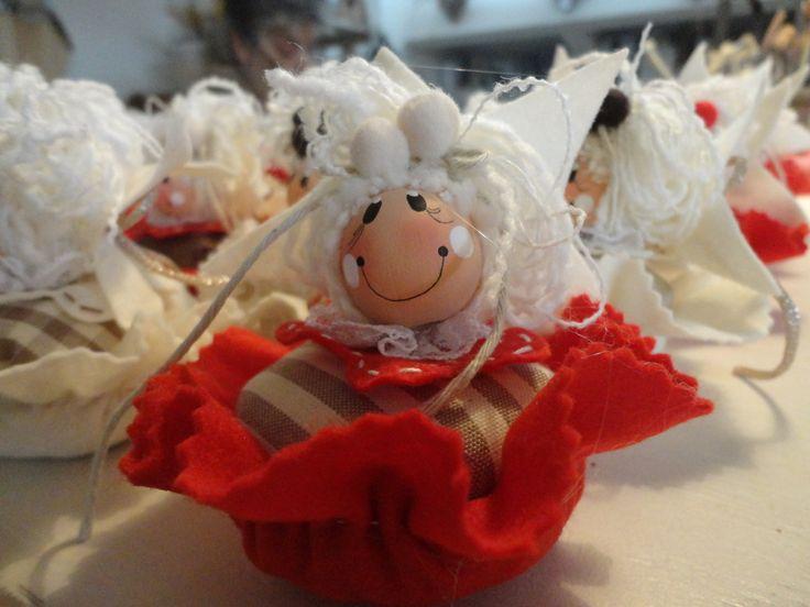 Le simpatiche faccine sui cupcake di stoffa!