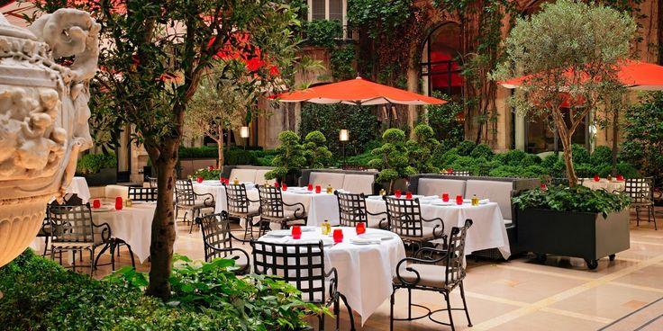 Découvrez le restaurant gastronomique d'Alain Ducasse, une soirée jazz au Relais Plaza ou d'un petit-déjeuner ou goûter dans La Galerie, avenue Montaigne.