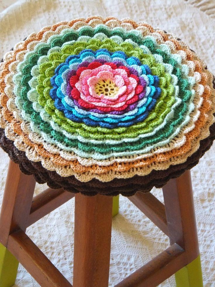 Olá gente!   Tenho notado ultimamente que existe meio que um tendência em pintar pernas de cadeiras, banquinhos e pés de mesas de cores vibr...