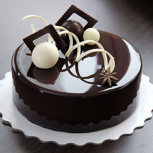 Вишня /шоколад в черно-белой гамме !!! Внутри шоколадный мусс ,крем с вишней ,желе с кусочками вишни , брауни с вишней !!! Хорошего вечера ❤️