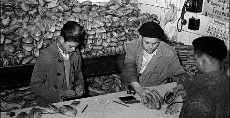 Entrega de pan tras la Guerra Civil con cartillas de racionamiento