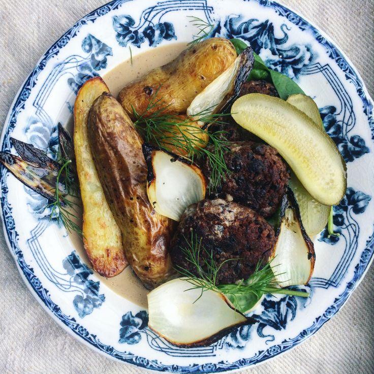 Vegan black bean patties with roasted potatoes | vegansk husmansklassiker: svarta bönbiffar med rostad potatis, gräddsås och saltgurka tuvessonskan.se