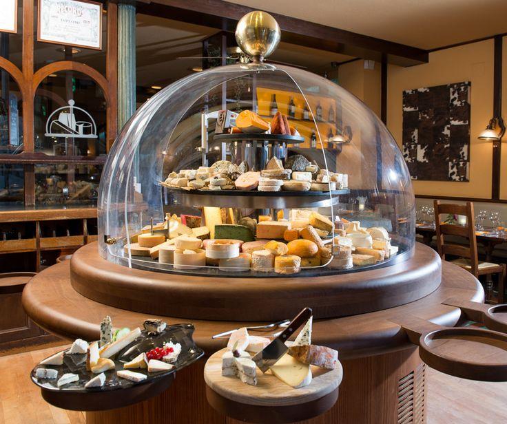 La cloche à fromage,  Fine cuisine au fromage dans un restaurant au décor boisé abritant une immense cloche à fromage.  27 Rue des Tonneliers
