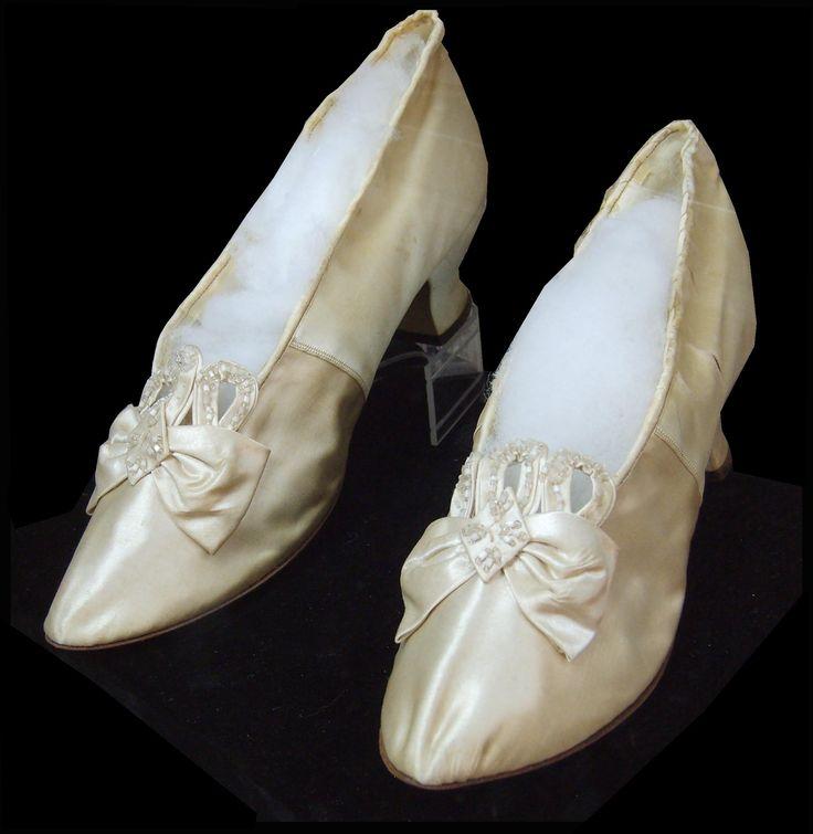 Zapatos de novia / Bridal shoes C. 1891. MNHT
