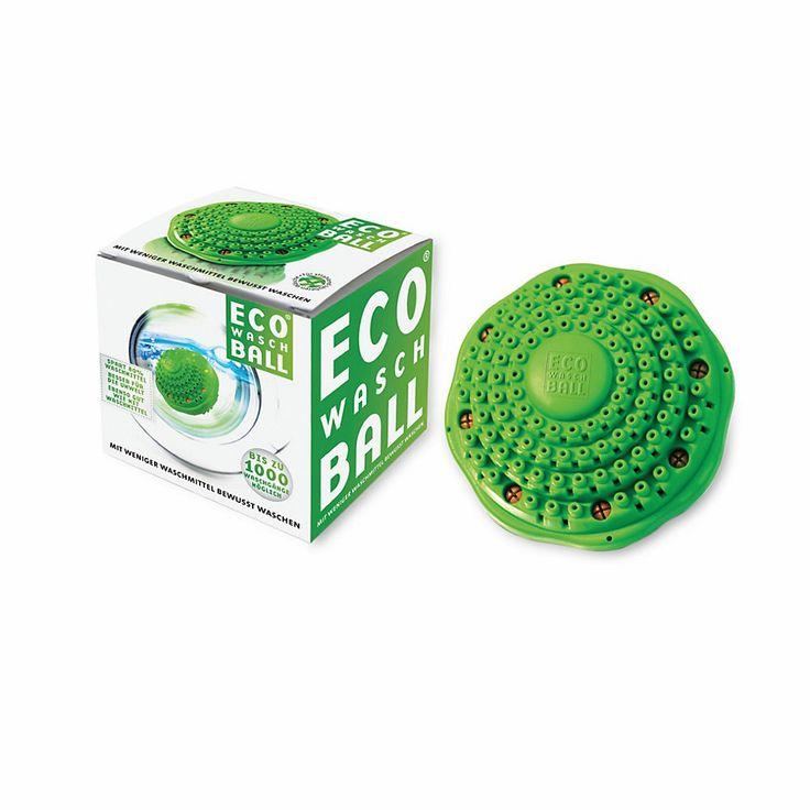 PRODUKTINFORMATION ECO WASCHBALL Der ECO WASCHBALL ist mit kleinen Keramikkügelchen gefüllt. Wenn sie mit Wasser in Berührung kommen, entstehen Hydroxydionen. Diese Ionen senken die Oberflächenspannung des Wassers mit der gleichen Intensität wie Waschmittel. Sie legen sich um den Schmutz und lösen ihn von den Fasern. In den Niederlanden millionenfach bewährt, reduziert die kleine Kugel den Waschmittelverbrauch bis zu 80 %. Nicht für Seide und Wolle empfohlen, mit umfangreicher Beschreibung.