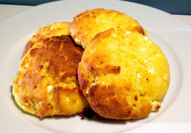 Τυροψωμάκια με φέτα και γιαούρτι. Ιδανικά για σχολικό κολατσιό!    1 κεσεδάκι γιαούρτι 2%  •1 φλιτζάνι ηλιέλαιο  •2 αυγά  •1 κουταλιά της σούπας αλάτι  •500 γρ. αλεύρι που φουσκώνει μόνο του  •250 γρ. φέτα θρυμματισμένη    Εκτέλεση  1.Σε ένα μπολ ρίχνετε τα αυγά και τα