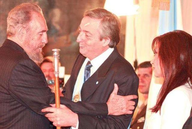 DOS 25 UN SOLO FIDEL por CRISTINA FERNANDEZ DE KIRCHNER   Dos 25. Un solo Fidel El 25 de mayo de 2003 lo conocí personalmente. Treinta años después de haber estado en la misma plaza festejando el fin de la dictadura y la asunción de Cámpora hablaba mano a mano con Fidel Castro la noche que mi compañero asumía como Presidente de la Nación. Más tarde nos encontramos en la Cancillería escuchamos juntos a Miguel Ángel Estrella el concertista de los changos cañeros en Tucumán. Había terminado de…