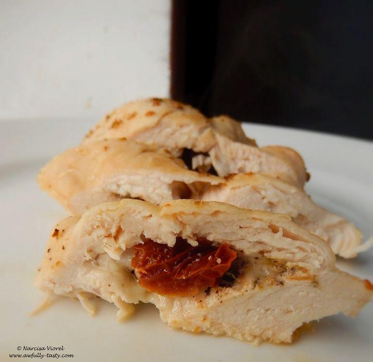 Piept de pui umplut cu mozzarella, oregano si rosii uscate in ulei.  Stuffed chicken breast with mozzarella, dried oregano and sun dried tomatoes. Delicious!