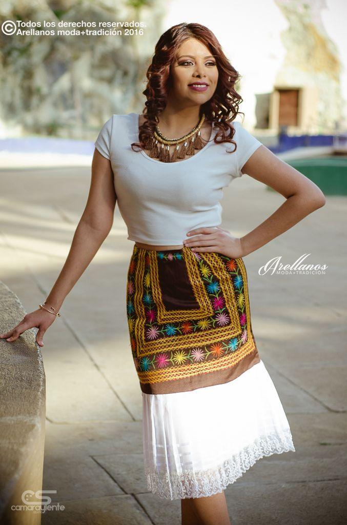 Luz- Tela: Textil Tipo de bordado: Cadenilla de máquina artesanal Región en la que se elabora: Istmo de Tehuantepec Diseño: Falda recta con olan original del traje