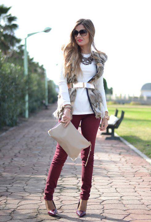 chaleco de pelo con pantalon vino, cinturon dorado y suéter blanco