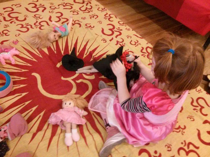 Kislány, kezében egy Rongylady babával