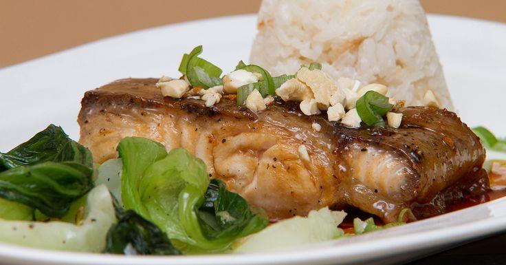 Mézes szürkeharcsa párolt bok choy-jal és kókusz rizzsel - Soroljuk miért olyan finom ez a halétel: szürkeharcsa, fokhagyma, méz és szójaszósz. Az eredmény egy kiváló mézes szürkeharcsa, amelyet párolt bok choy-jal és kókusz rizzsel szervírozunk. A díszítésként használt kesudió már csak hab a halon.