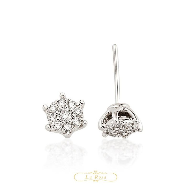 Cerceii LRY252 sunt deosebiti prin montarea diamantelor in forma de floare. Din aur alb 18K si diamante de 0.40 carate, pretul unei perechi de cercei LRY252 este 5385 lei.   http://www.bijuteriilarosa.ro/bijuterii-cu-diamant/cercei/cercei-lry252