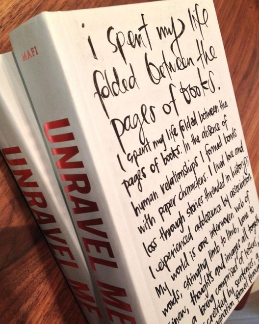 Tahereh Mafi graffitied two copies of Unravel Me with quoted from Shatter Me. So cool.
