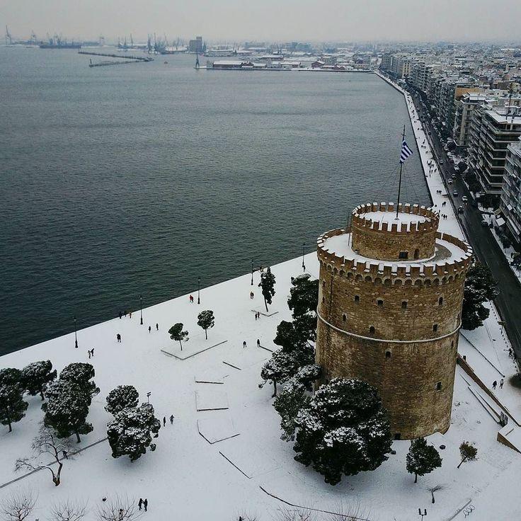 Ο λευκος πυργος ακομα πιο λευκος! #thessaloniki #drone #aerialphoto #snow #winter #greece #makedonia #fromwhereidrone #aerialphotography #happytraveller #xionia