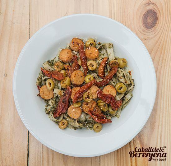 #Fettupesto Basilico aceitunas verdes, fettucini hecho a mano, salchichitas veganas y tomates secos #HomeMade #Vegan #Bogota